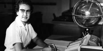 NASA research mathematician Katherine Johnson is photographed at her desk at Langley Research Center. Born on August 26, 1918, in White Sulphur Springs, W.Va., Johnson worked at Langley from 1953 until her retirement in 1986, making critical technical contributions which included calculating the trajectory of Alan Shepard's historic 1961 flight. NASA/UPI  | BRUPI20161013_050 WASHINGTON Etats-Unis United States